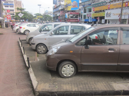 Figure 7: Organized on-street parking on MG Road ((c) Roman Ville-Glasauer)