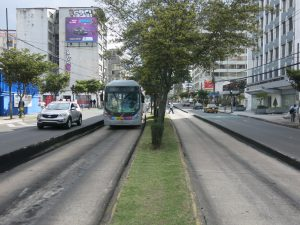 Bi-articulated BRT on the Troncal Oriental Ecovia